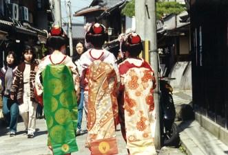Maiko women at Sannen-zaka