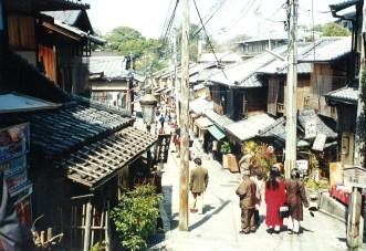 Walking through Sannen-zaka and Ninnen-zaka